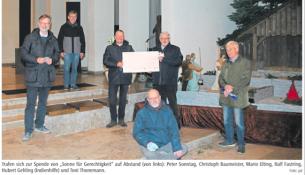 Der Vorstand überreicht in der Christus-König-Kirche einen Scheck über 6450 Euro an die Indienhilfe.